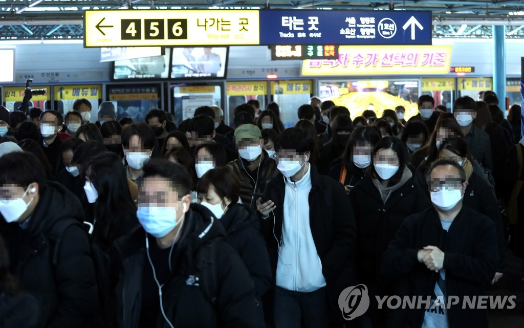 ▲People wearing masks are seen at Sindorim subway station in southwestern Seoul on March 11, 2020. (Yonhap)