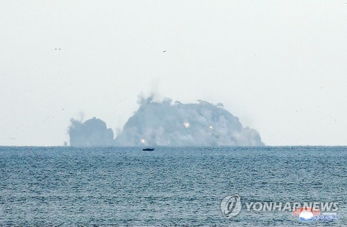 N.K. leader inspects artillery fire competition