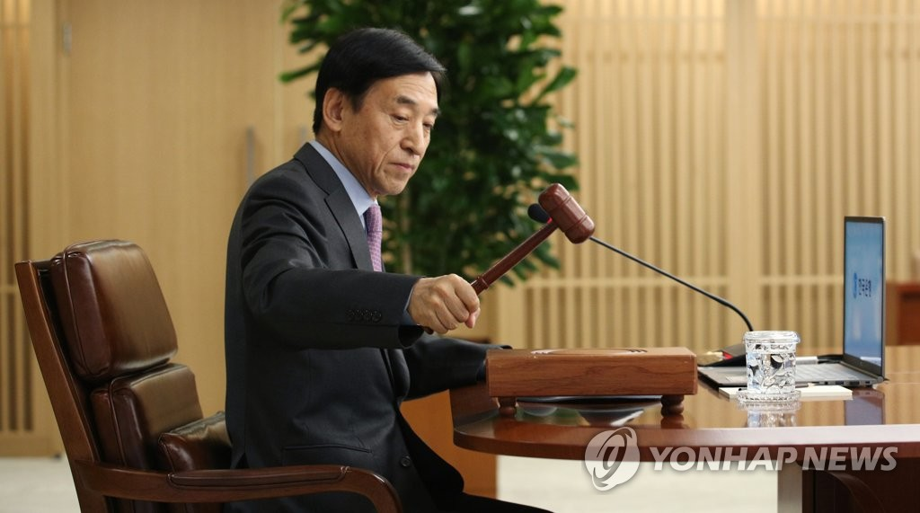 In the photo, provided by the Bank of Korea (BOK), BOK Gov. Lee Ju-yeol bangs the gavel in an emergency rate-setting meeting on March 16, 2020, which delivered the South Korean central bank's first emergency rate cut in over a decade, slashing the key rate by half a percentage point to 0.75 percent. (PHOTO NOT FOR SALE) (Yonhap)