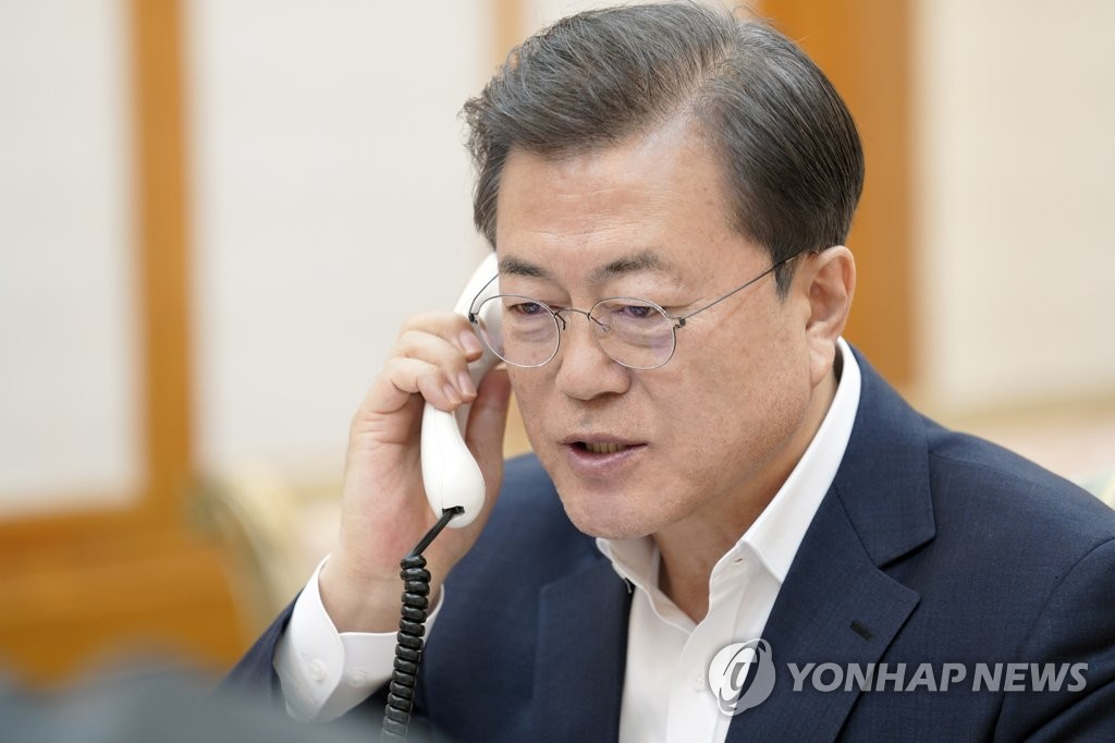 South Korean President Moon Jae-in holds phone talks with U.S. President Donald Trump at Cheong Wa Dae on March 24, 2020, in this photo provided by Moon's office. (PHOTO NOT FOR SALE) (Yonhap)