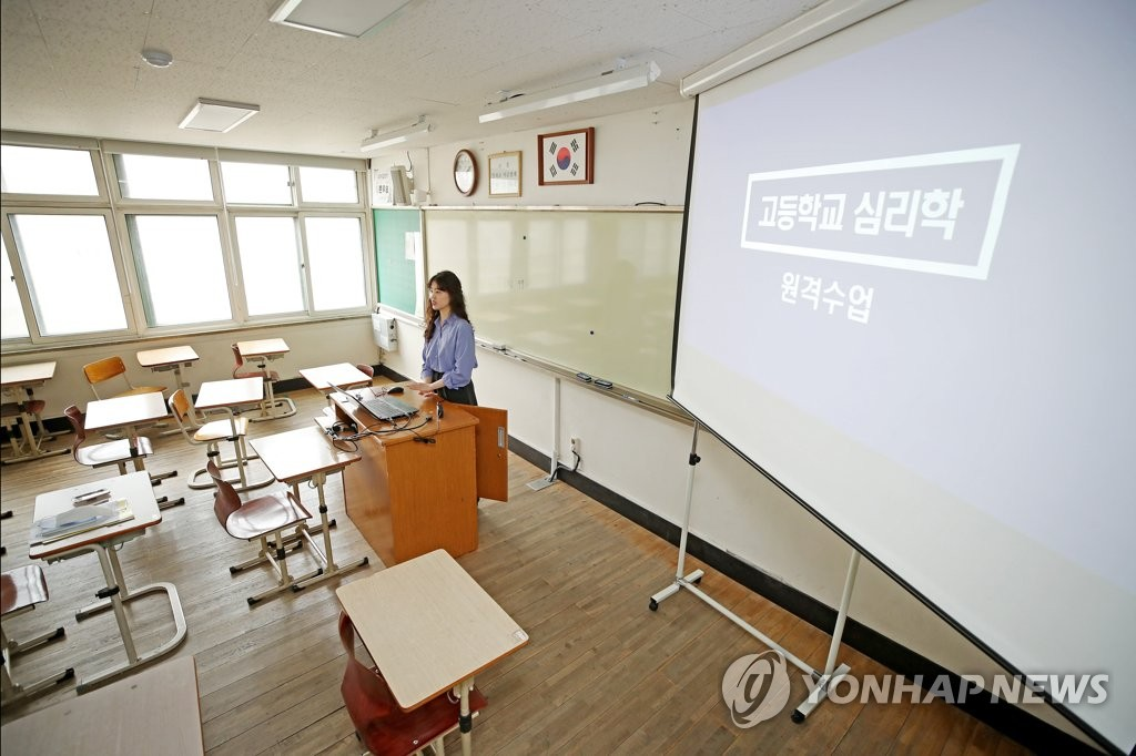 A teacher rehearses remote teaching at a high school in Mapo Ward in western Seoul on March 26, 2020. (Yonhap)