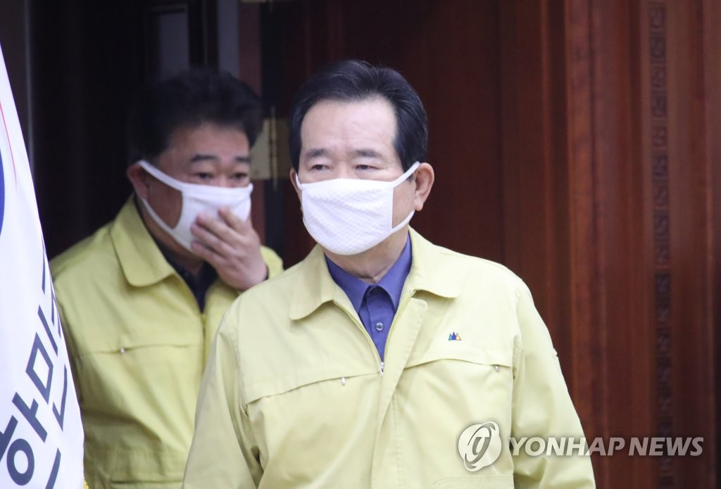 South Korean Prime Minister Chung Sye-kyun (R) enters the venue of a meeting in Seoul on April 4, 2020, to discuss government steps against the spread of the novel coronavirus. (Yonhap)