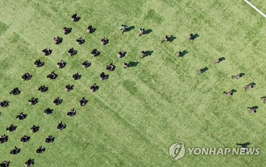This aerial photo shows soldiers at the army boot camp in Nonsan, South Chungcheong Province, waiting to vote on April 10, 2020. (Yonhap)