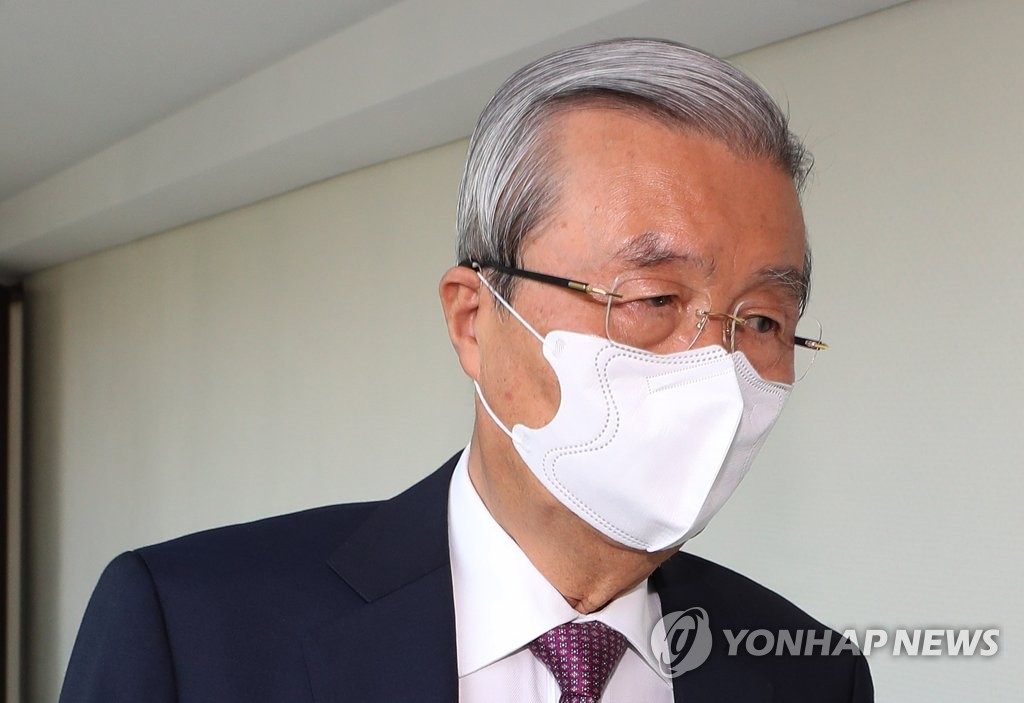 The United Future Party's former campaign chief, Kim Chong-in, is seen at his office near Gwanghwamun in central Seoul on April 28, 2020. (Yonhap)