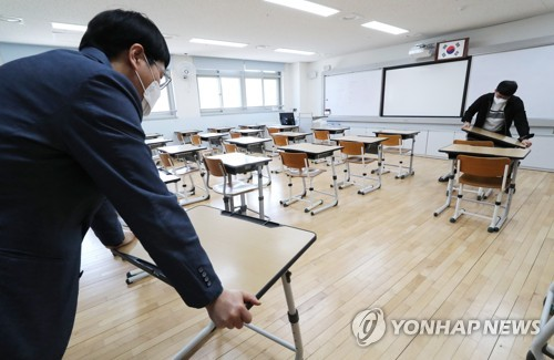 Teachers prepare to reopen classes at a school in Sejong, 130 kilometers south of Seoul, in this file photo from May 1, 2020. (Yonhap)