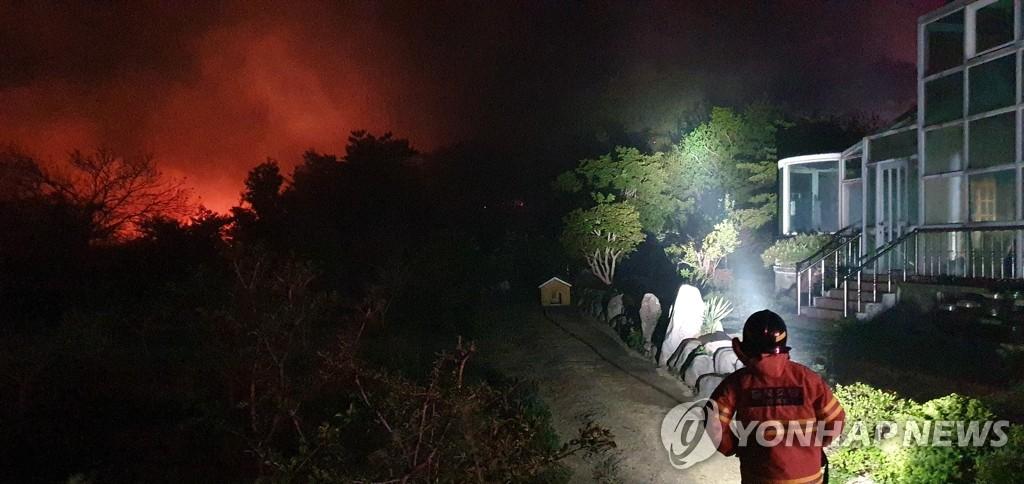 주택 위협하는 산불