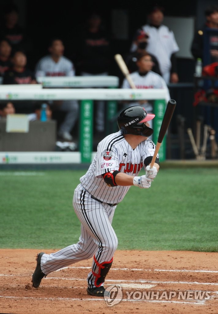 Kim Hyun-soo of the LG Twins watches his two-run home run against the Doosan Bears in their Korea Baseball Organization season opening game at Jamsil Stadium in Seoul on May 5, 2020. (Yonhap)