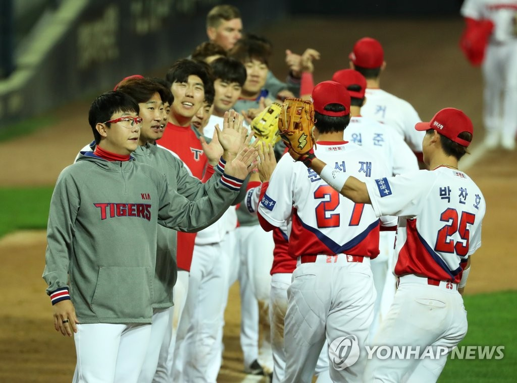 Players of the Kia Tigers celebrate their 8-5 victory over the Kiwoom Heroes in a Korea Baseball Organization regular season game at Gwangju-Kia Champions Field in Gwangju, 330 kilometers south of Seoul, on May 7, 2020. (Yonhap)