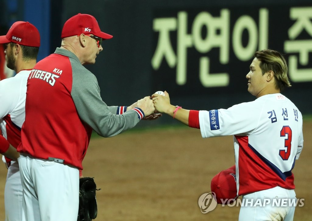 In this file photo from May 7, 2020, Kim Sun-bin of the Kia Tigers (R) hands his manager Matt Williams the game ball from the team's 8-5 win over the Kiwoom Heroes, for Williams' first victory in the Korea Baseball Organization, at Gwangju-Kia Champions Field in Gwangju, 330 kilometers south of Seoul. (Yonhap)