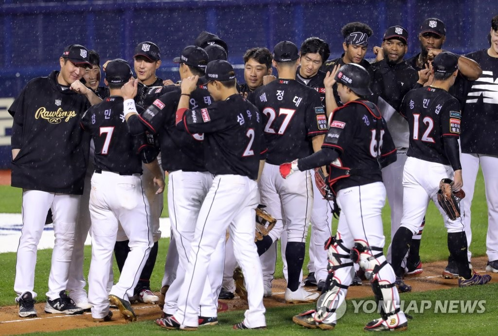 Members of the KT Wiz celebrate their 12-3 victory over the Doosan Bears in the Korea Baseball Organization at Jamsil Stadium in Seoul on May 8, 2020. (Yonhap)