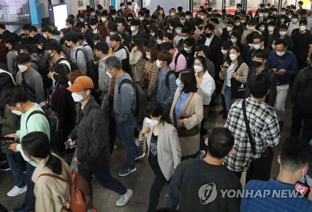 Commuters wearing masks moves transfer at a subway station in Seoul on May 11, 2020. (Yonhap)