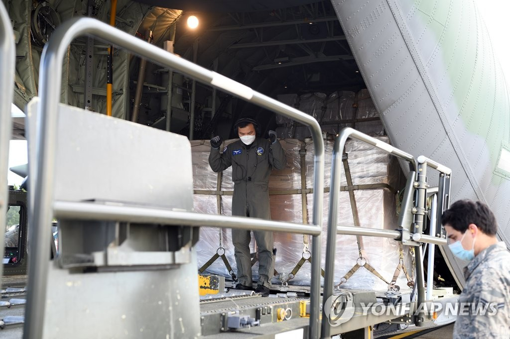 A South Korean Air Force aircraft's cargo of 500,000 face masks is unloaded at Joint Base Andrews, Maryland, on May 12, 2020, in this photo provided by the South Korean Embassy in Washington. South Korea sent the face masks to help Korean War veterans in the United States fight COVID-19. The donation is part of the 1 million masks South Korea's veterans affairs ministry is providing to all 22 countries that fought with South Korea in the 1950-53 conflict. (PHOTO NOT FOR SALE) (Yonhap)