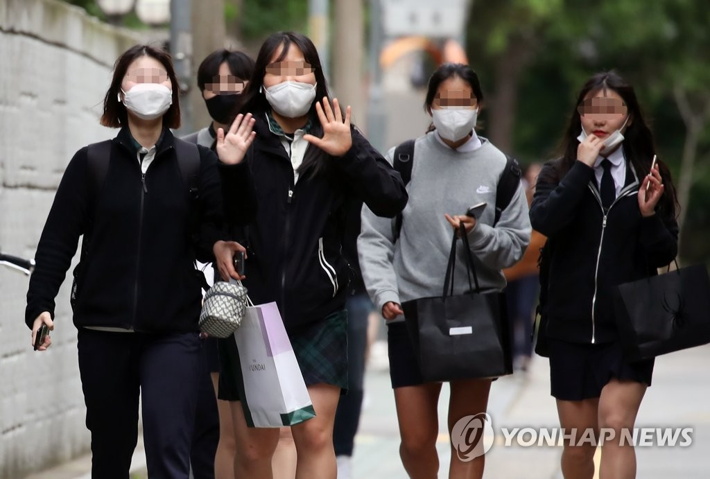Students head to a high school in Seoul on May 20, 2020. (Yonhap)