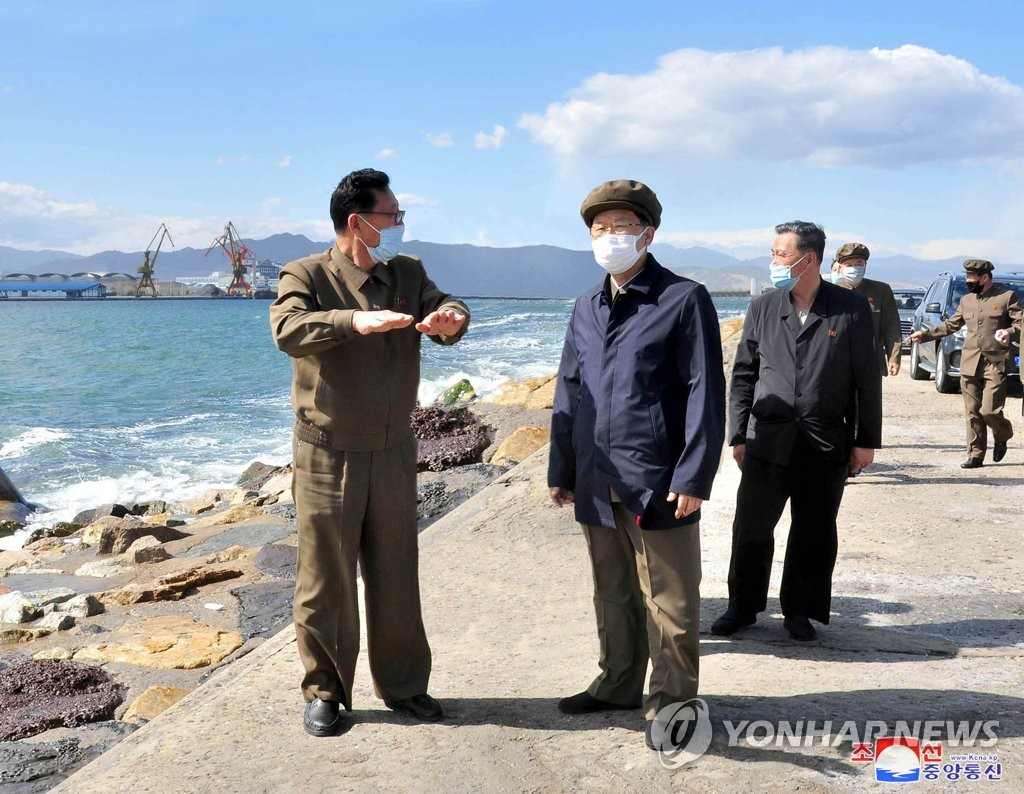 NK premier inspects port