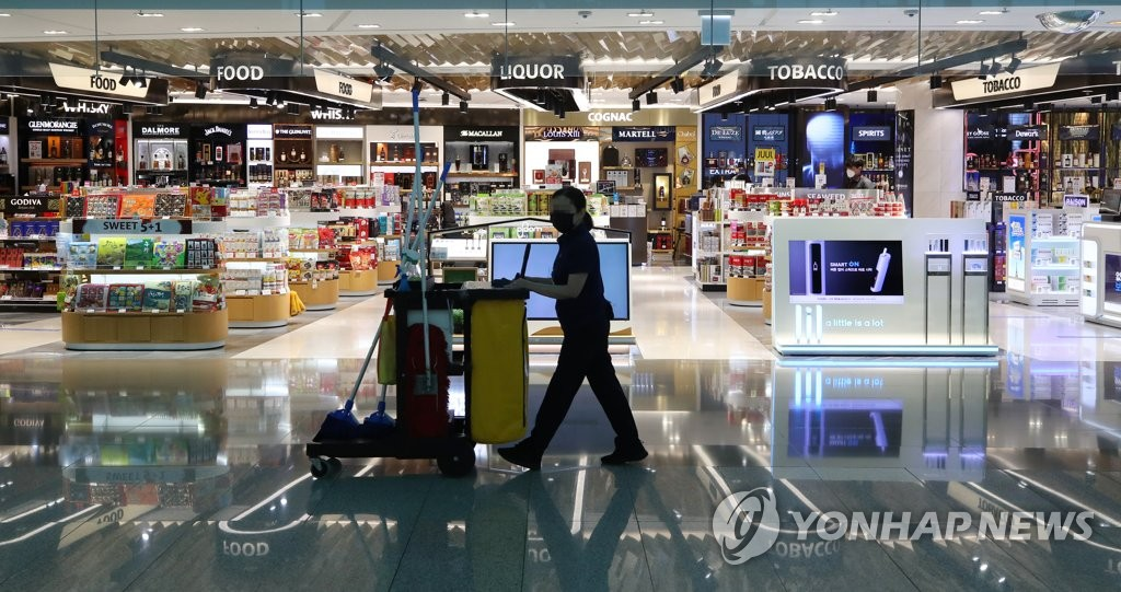 This photo, taken May 27, 2020, shows duty-free shops at Incheon International Airport, South Korea's main gateway west of Seoul, where the number of customers has sharply fallen amid the COVID-19 pandemic. (Yonhap)