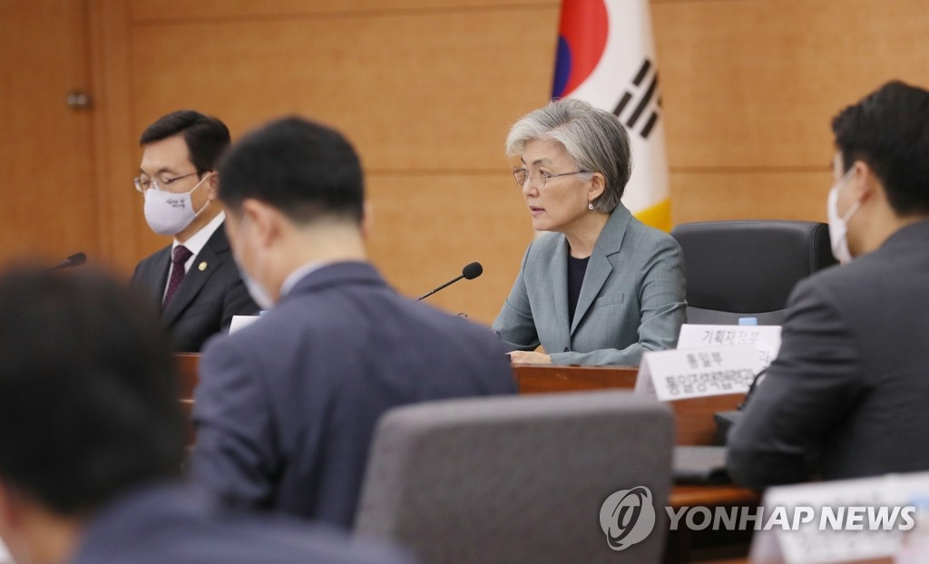 Foreign Minister Kang Kyung-wha (R) speaks during an interagency government meeting on diplomatic strategies at Seoul's foreign ministry on May 28, 2020. (Yonhap)