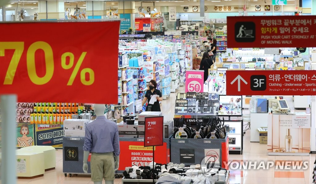 In this photo, taken May 28, 2020, a large shopping mall in Seoul is nearly deserted amid the continued effects of the new coronavirus outbreak. (Yonhap)