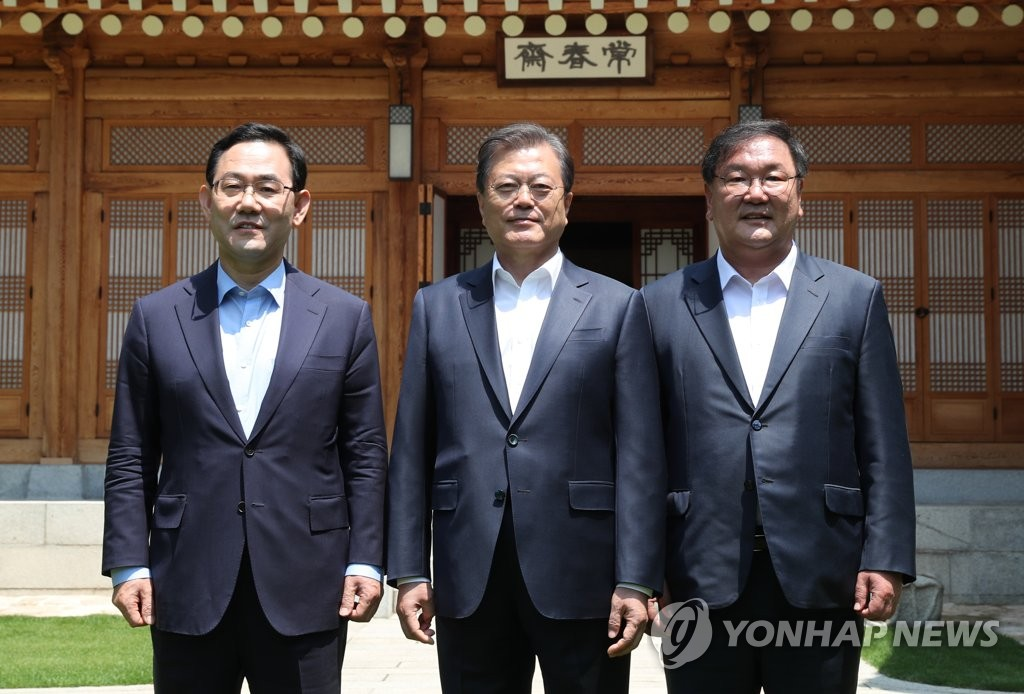 President Moon Jae-in (C) poses for a commemorative photo with Kim Tae-nyeon (R), floor leader the ruling Democratic Party, and Kim's counterpart from the main opposition United Future Party, Joo Ho-young, at Cheong Wa Dae in Seoul on May 28, 2020. (Yonhap)