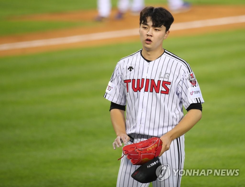 Lee Min-ho of the LG Twins returns to the dugout after completing the top of the third inning of a Korea Baseball Organization regular season game against the Samsung Lions at Jamsil Baseball Stadium in Seoul on June 2, 2020. (Yonhap)