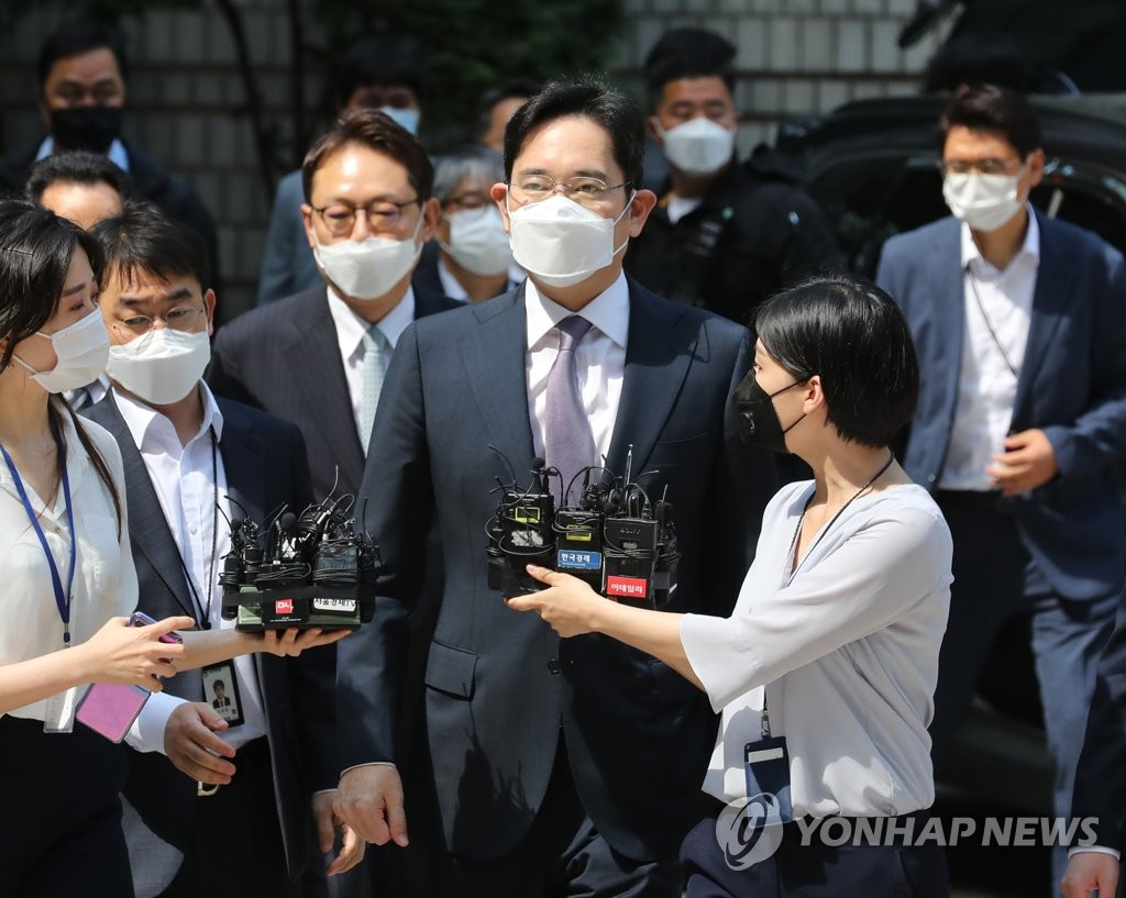 Lee Jae-yong, vice chairman of Samsung Electronics, appears at Seoul Central District Court in southern Seoul on June 8, 2020, for a hearing on the prosecution's arrest warrant request against him. (Yonhap)
