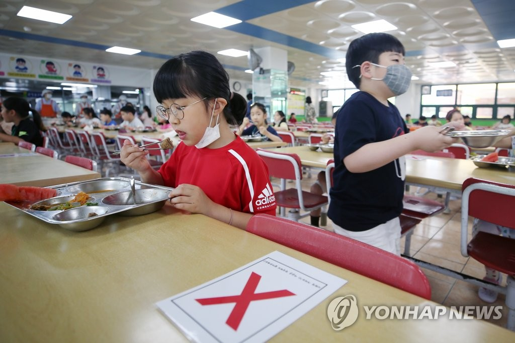 A student eats her lunch with the seat next to her left empty at an elementary school in Gwangju on June 8, 2020. (Yonhap)