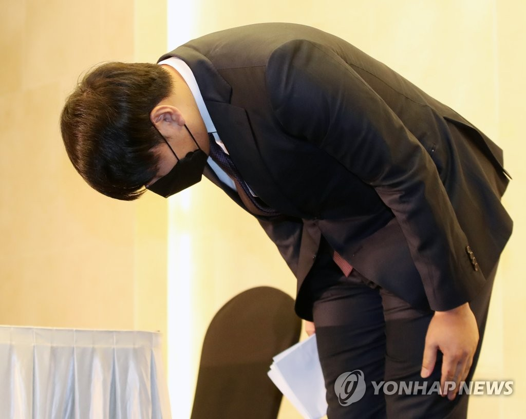 Former major league player Kang Jung-ho bows before the start of a press conference at a Seoul hotel on June 23, 2020, as he apologizes for his past drunk driving cases in a bid to return to the Korea Baseball Organization. (Yonhap)