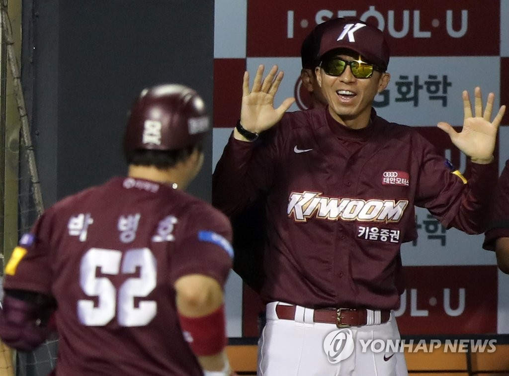 In this file photo from June 23, 2020, Kiwoom Heroes' manager Son Hyuk (R) greets Park Byung-ho after Park's solo home run against the LG Twins in a Korea Baseball Organization regular season game at Jamsil Baseball Stadium in Seoul. (Yonhap)