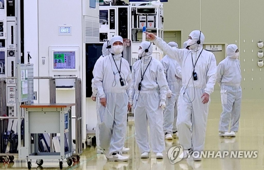 In this photo provided by Samsung Electronics Co. on June 30, 2020, Samsung Electronics Vice Chairman Lee Jae-yong (R) inspects a production facility of Semes Co., a Samsung Group affiliate that makes semiconductor and display manufacturing equipment, in Cheonan, some 90 kilometers south of Seoul. (PHOTO NOT FOR SALE) (Yonhap)