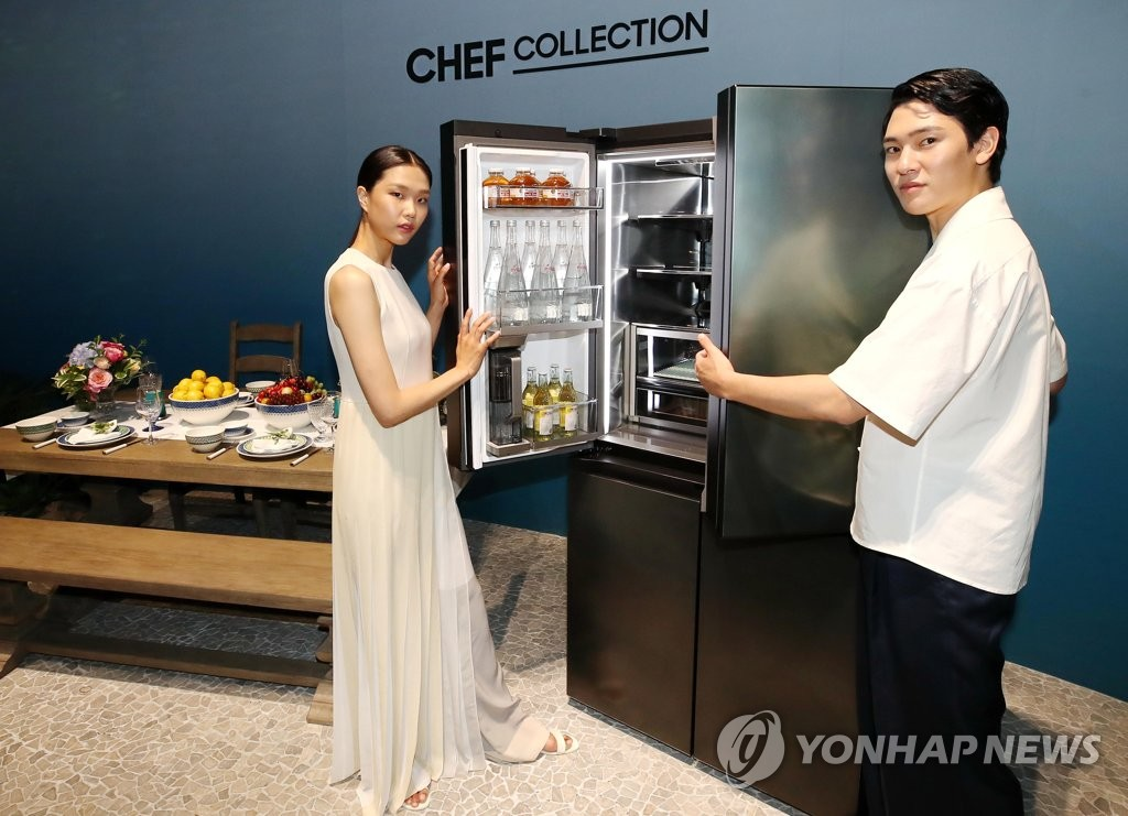 Models pose for a photo with Samsung Electronics Co.'s New Chef Collection refrigerator at a studio in Seoul on July 2, 2020. (Yonhap)