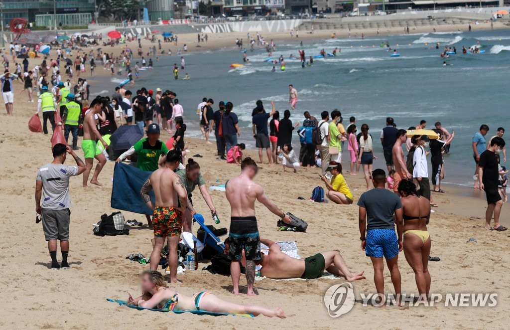 (LEAD) Foreigners' wild fireworks party frowned on by virus-weary Busan citizens - 2