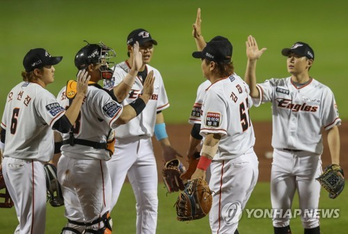 Hanwha players celebrate win over SK Wyverns
