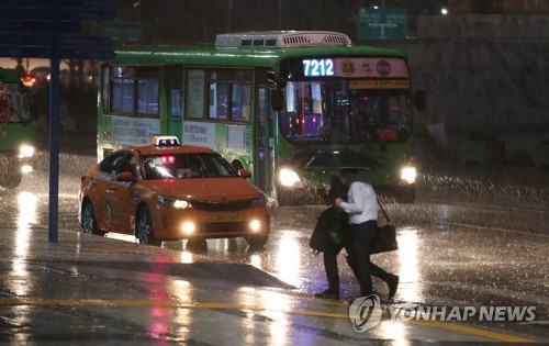 Seoul citizens head home amid downpour