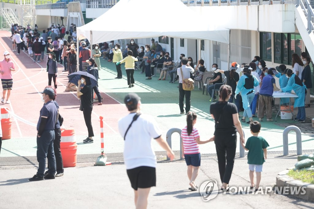 In the file photo taken July 17, 2020, people wait for coronavirus tests at a stadium in the town of Hallim on South Korea's largest island of Jeju after four of its residents tested positive for COVID-19. (Yonhap)