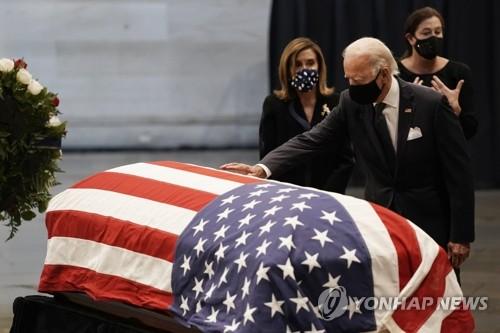 '흑인 민권운동 대부' 루이스 의원의 관 위에 손 얹은 바이든