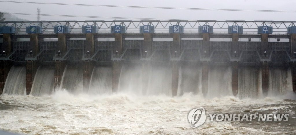 Chuncheon Dam, in Chuncheon, Gangwon Province, is in full action, releasing 2,370 tons of waters per second on Aug. 3, 2020, after heavy rain hit the area. (Yonhap)
