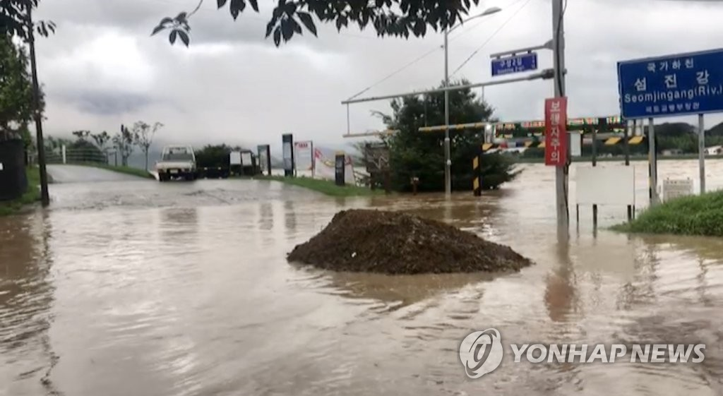 The Seomjin River is on the verge of overflowing in Gurye, South Jeolla Province, on Aug. 8, 2020, in this photo provided by the Gurye county office. (PHOTO NOT FOR SALE) (Yonhap)