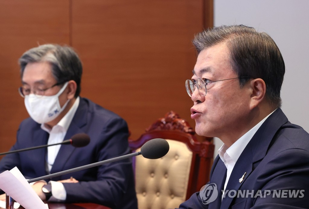 President Moon Jae-in (R) speaks at a meeting with his senior Cheong Wa Dae aides in Seoul on Aug. 10, 2020. (Yonhap)