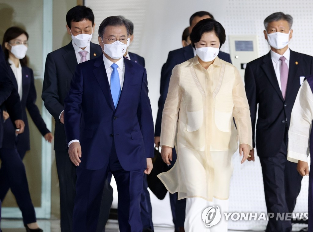 President Moon Jae-in and first lady Kim Jung-sook arrive at the Dongdaemun Design Plaza in Seoul on Aug. 15, 2020, to attend a ceremony to commemorate the 75th anniversary of Korea's liberation from Japan's 1910-45 colonial rule. (Yonhap)