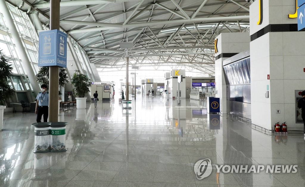This photo, taken on Aug. 16, 2020, shows almost no passengers at the international flights terminal of Incheon International Airport, South Korea's main gateway west of Seoul, amid the COVID-19 pandemic. (Yonhap)