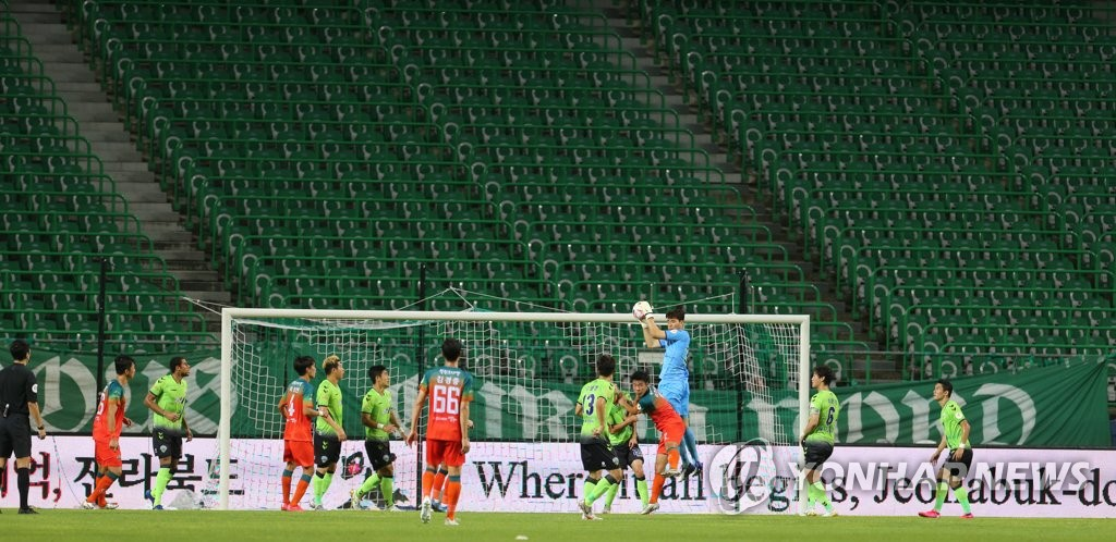 This file photo from Aug. 30, 2020, shows a K League 1 match between Jeonbuk Hyundai Motors and Gangwon FC being played without fans at Jeonju World Cup Stadium in Jeonju, 240 kilometers south of Seoul. (Yonhap)