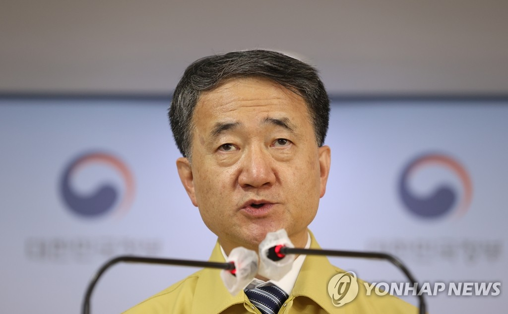 Health Minister Park Neunghoo speaks during a briefing at the government complex in Seoul on Sept. 4, 2020. The government said it will extend tougher anti-virus curbs on restaurants, bakeries and coffee shops in the greater Seoul area for another week until Sept. 13. (Yonhap)