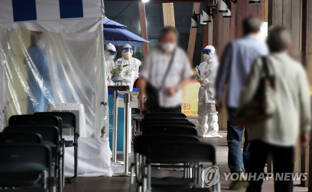 Visitors wait to receive new coronavirus tests at a makeshift clinic in eastern Seoul on Sept. 9, 2020. (Yonhap)