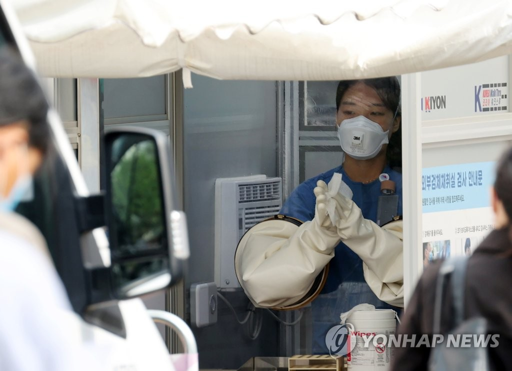 A medical worker carries out new coronavirus tests at a makeshift clinic in central Seoul on Sept. 15, 2020. (Yonhap)