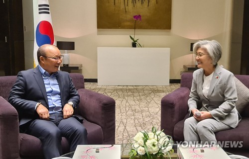 FM Kang meets football coach