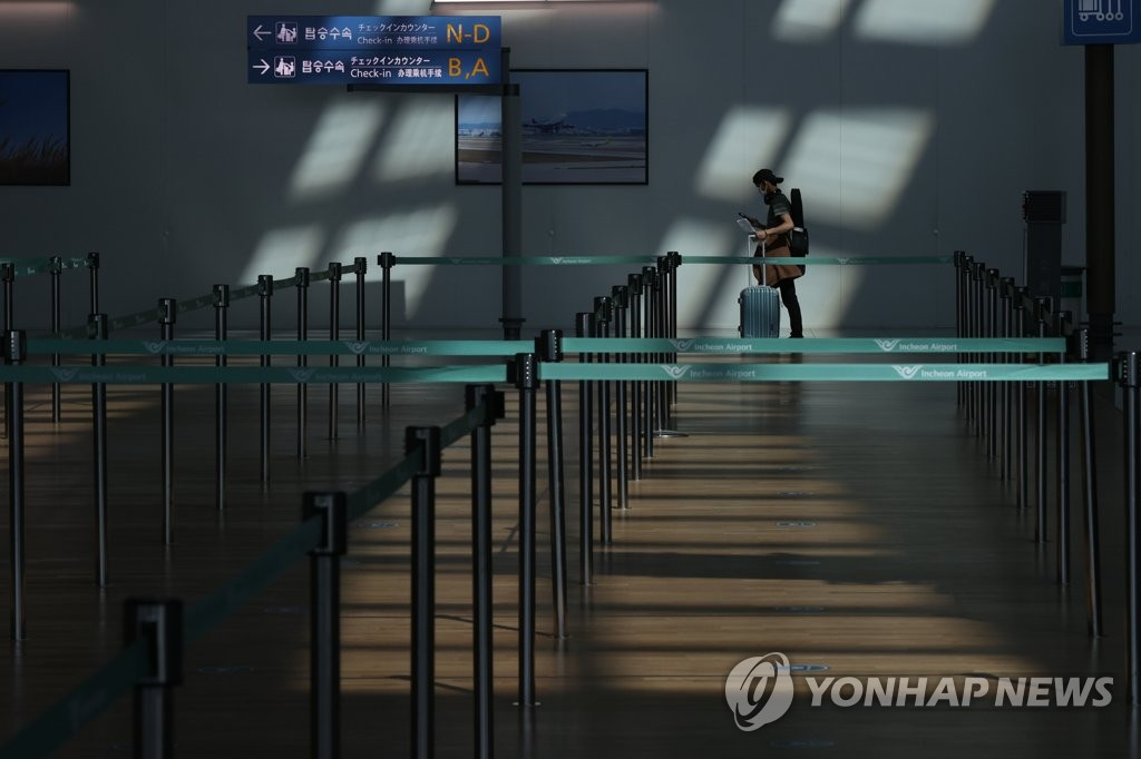 The departure hall of Incheon International Airport located in Incheon, west of Seoul, is nearly empty on Sept. 20, 2020. (Yonhap)