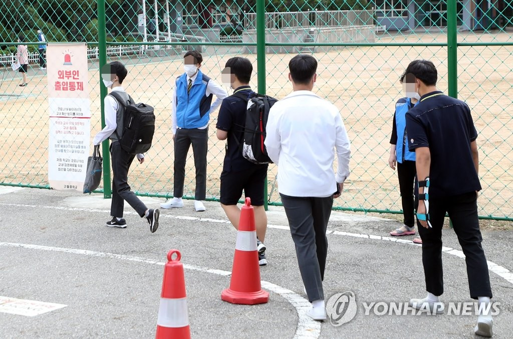 Students head to a middle school located in Incheon, just west of Seoul, on Sept. 21, 2020. Students in Seoul and its surrounding areas returned to school for in-person learning on the day as new coronavirus cases have declined recently. (Yonhap)