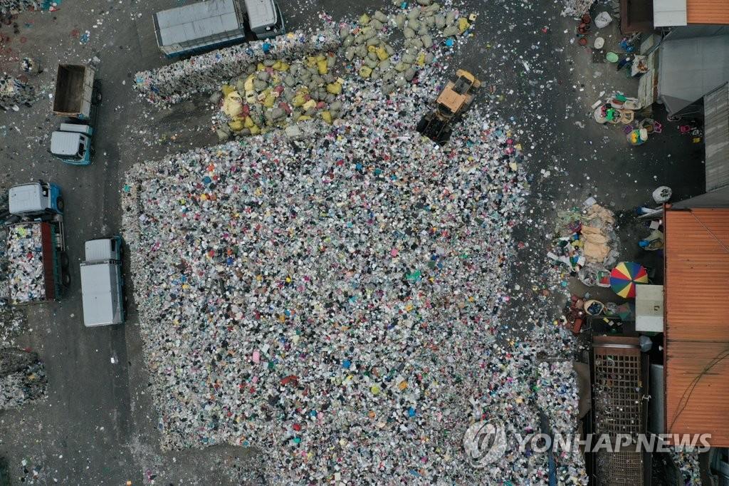 작년 9월 강서구 재활용 센터에 쌓인 플라스틱