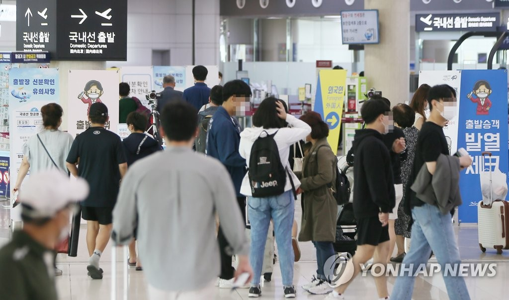 This photo, taken on Oct. 2, 2020, shows Jeju International Airport bustling with people preparing to depart the southern resort island of Jeju after spending the Chuseok fall harvest holiday there. (Yonhap)