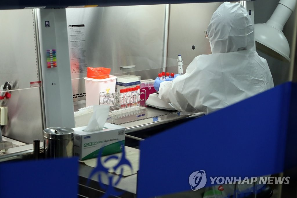 A medical worker carries out research on the new coronavirus at a test lab in Gwangju, 330 kilometers south of Seoul, on Oct. 4, 2020. (Yonhap)
