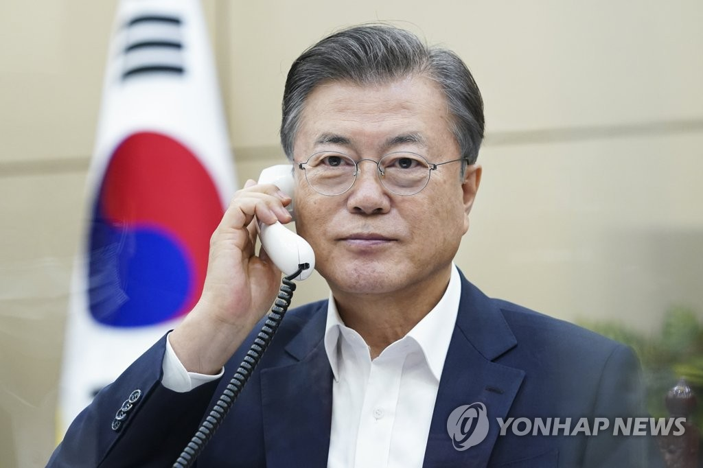 South Korean President Moon Jae-in holds telephone talks with Uzbek President Shavkat Mirziyoyev at Cheong Wa Dae in Seoul on Oct. 6, 2020, in this photo released by the presidential office. (PHOTO NOT FOR SALE) (Yonhap)